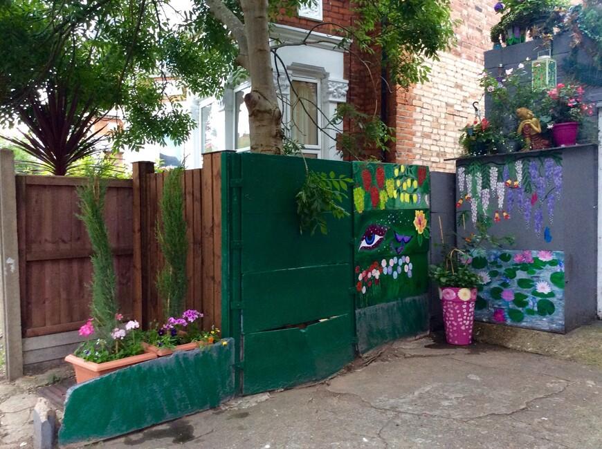 Сентябрь 2016 года. Недавно посадила два Итальянских, тонких, как свечки, кипарисика. Бетонная стена, не выдерживающая натиска растущего ствола дерева, постепенно разрушается. Тем не менее весной  я собираюсь продолжить роспись пустот на стене. Повторяю, я начала рисовать только два года назад.