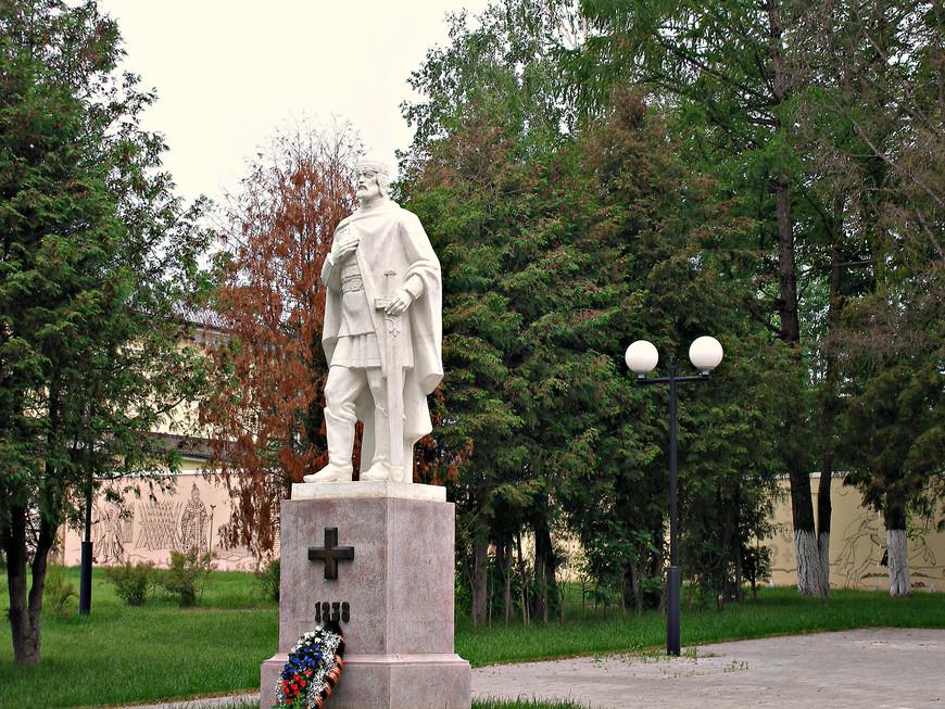 Памятник в честь героической обороны города в 1238 г. Все, наверно, из школьных учебников знают, что татары осаждали Козельск семь недель. Произошло это, конечно, не потому, что  маленький городок был лучше укреплен, чем, положим, Владимир (взятый татарами за пять дней), а из-за разлива Жиздры. Но это нисколько не умаляет мужества защитников, которые все до последнего человека пали в бою (малолетний князь козельский Василий, по преданию, утонул в крови).
