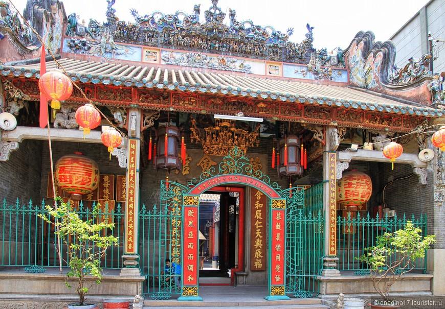 Храм встретил яркими красками, обилием золота и редкой красоты крышей, украшенной сценками из жизни то ли самой Тьен Хау, то ли рыбаков и моряков.
