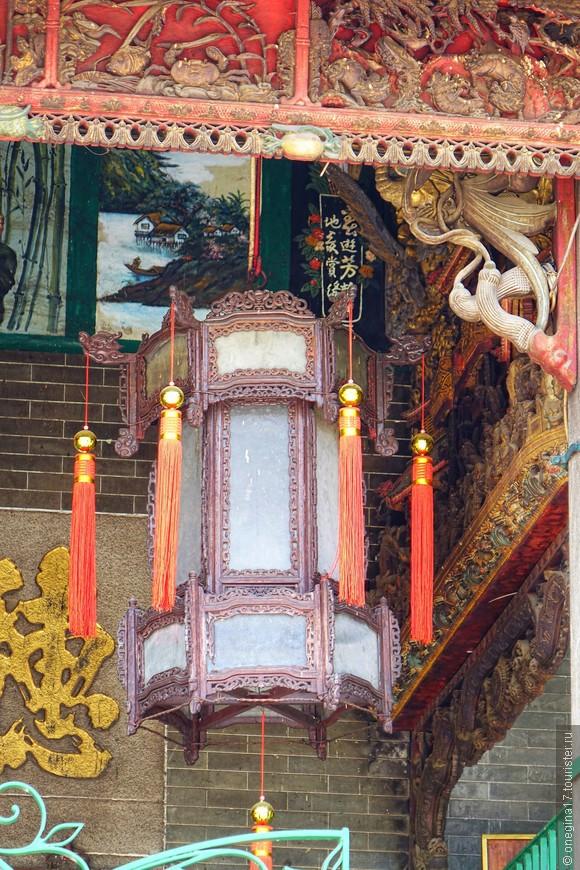 Китайские фонарики тоже знавали лучшие свои времена, но резьбу было намного жальче.