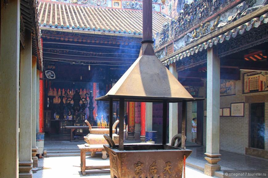 Сам храм, по сути, это внутренний дворик, где расположены курительницы для благовоний, алтарь для подношений и колонны, украшенные филигранной резьбой.