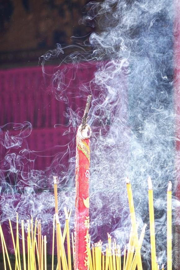 Солидные палочки дают далеко заметный дым. Чтобы боги не промахнулись.