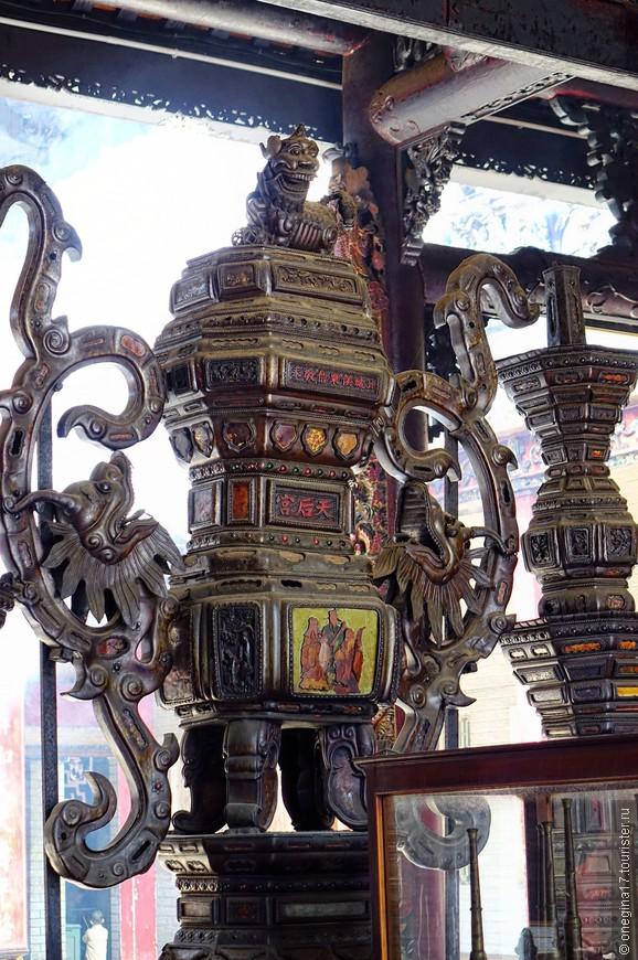 Народа в храме было много, приходилось заниматься деталями, дожидаясь, пока откроются подступы к алтарю и богине.