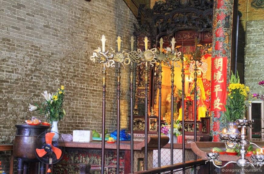 Тьен Хау богата одеждами, добра лицом и не жадничает исполнять то, о чем ее просят.