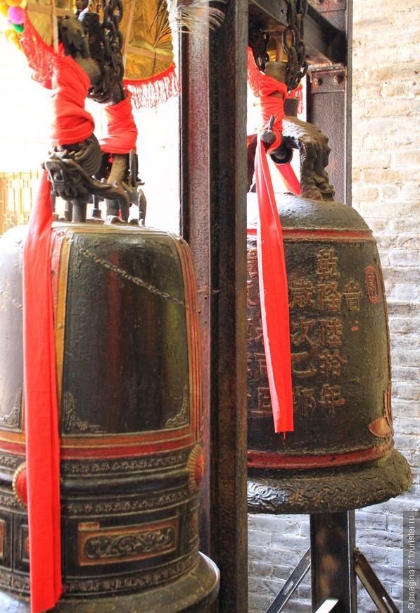 Колокол - обязательный для китайских храмов, даже если сам храм построен во Вьетнаме.