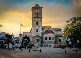В день отъезда друзей мы решили выехать из дома пораньше, погулять по Ларнаке. Люблю я этот городок. Долго делать там, может быть, и нечего, но несколько часов пошляться - милое дело. Вот, например, знаменитейшая на весь Кипр церковь Святого Лазаря. Внутри полно русских паломников.
