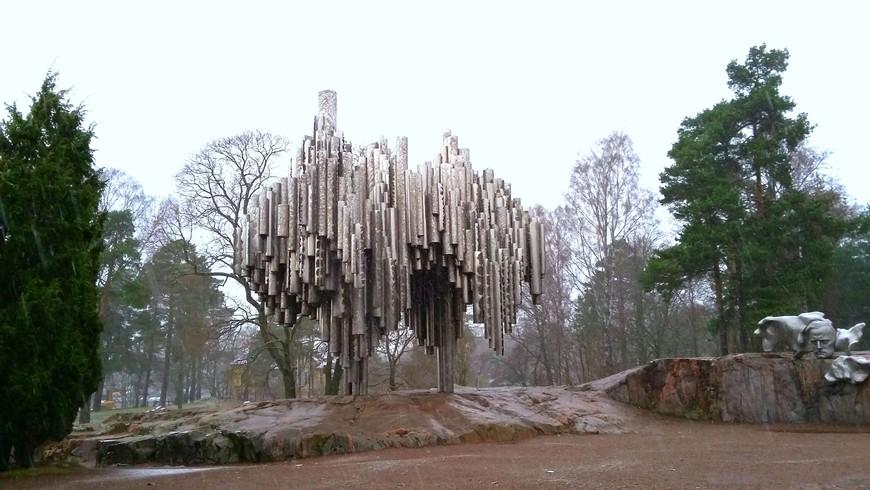 Памятник самому известному в мире финскому композитору Яну Сибелиусу. По замыслу автора, финского скульптора Эйлы Хилтунен, монумент должен одновременно символизировать  заиндевевшие стволы деревьев и гигантский орган.