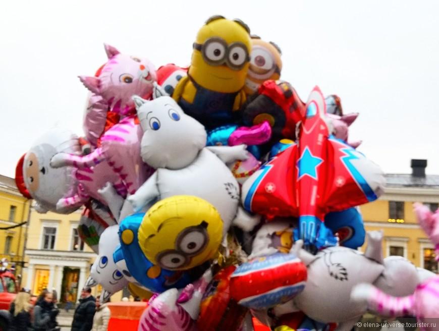 Веселые шарики на главной площади Хельсинки.