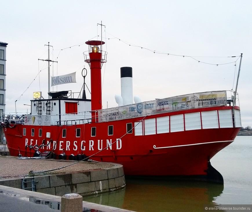 """Судно-маяк """"Relandersgrund"""" было построено в 1886-1888 годах и изначально имело две мачты и паруса. В начале 20-го века на борту был установлен паровой котел для туманного горна, отопления судна и для генератора, вырабатывающего электричество для маячных ламп. За свою долгую историю корабль неоднократно перекрашивался, менял название, даже был затоплен и списан на металлолом. Но в конечном итоге все палубные надстройки были восстановлены в первозданном виде, судно вновь окрасили в красный цвет, вернули старое название и сделали из него ресторан. Сейчас корабль украшает набережную Финского залива."""