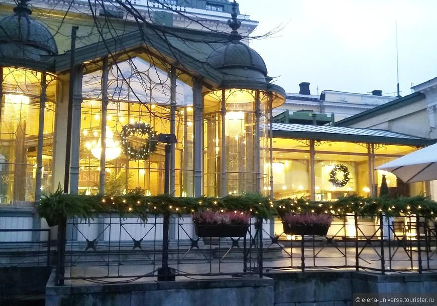 Один из самых старых ресторанов Хельсинки – «Капелли» расположен в парке Эспланади. История этого изысканного заведения началась с киоска со сладостями и лимонадом местного кондитера Ернгрена. Ларек очертаниями крыши напоминал церковь, за что его часто именовали «Капелли», что значит «часовня». Прозвище прижилось, и когда в 1867 году на этом месте построили просторный и красивый ресторан, его назвали привычным для горожан именем.  Любовь посетителей к ресторану «Капелли» не угасает вот уже 147 лет!