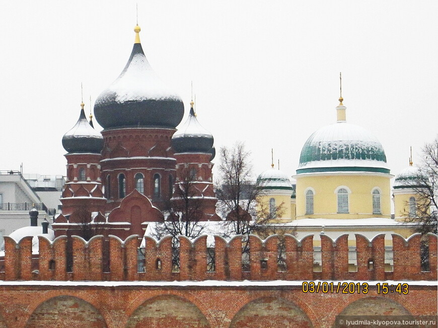За стенами кремля можно увидеть главы двух церквей. Даже по главам видно, что здания построены в разное время, настолько не похожи они по стилю.