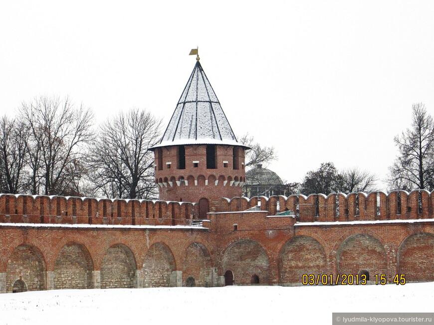 Угловая Никитская башня названа так по району Никитский конец, где находилась церковь Никиты Великомученика. Здесь хранился порох, а также находились пыточные.