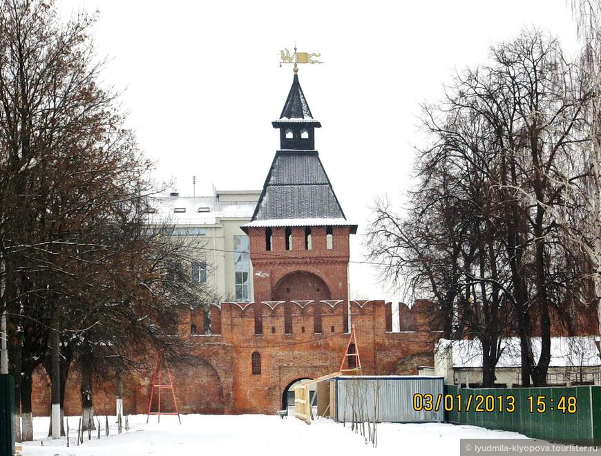 Пятницкая башня названа по церкви Параскевы Пятницы. В XVI веке в небольших сводчатых камерах внутри башни хранили мушкеты, карабины, латы, пули и знамёна.
