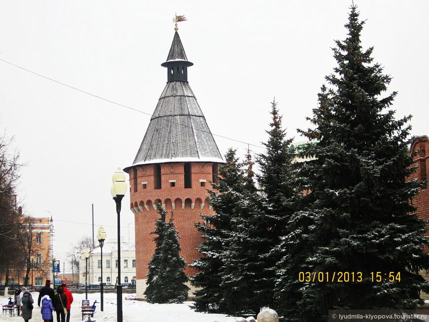 """Я бывала в Туле не один раз, но всё это было давно. В 70-е годы тульский кремль представлял собой жалкое зрелище, в 90-е были заметны следы какой-то реставрации. В 2014 году для меня это был уже новый город, и, судя по тому, как много памятников реставрировалось, сейчас он должен быть ещё красивее. Ещё в 70-е меня поразило сходство стен и башен тульского кремля с московскими: тот же красный кирпич, те же """"ласточкины хвосты"""" на стенах, многоярусные башни, названия которых иногда совпадают с названиями московских. Например, это Спасская башня."""