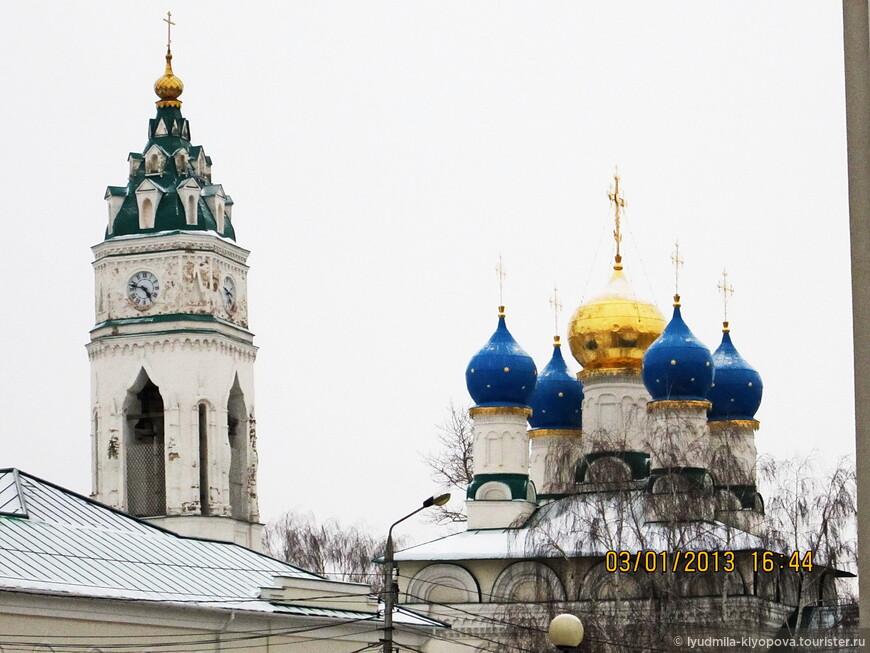 """Благовещенская церковь — самый древний из уцелевших храмов в Туле (XVII в.), сохранившийся почти в неизменном виде. Церковь находится в историческом центре, недалеко от Кремля. По архитектурному стилю Благовещенская церковь является классическим примером пятиглавых посадских храмов """"московского типа"""". На шатре колокольни в два ряда расположены световые окна-люкарны."""