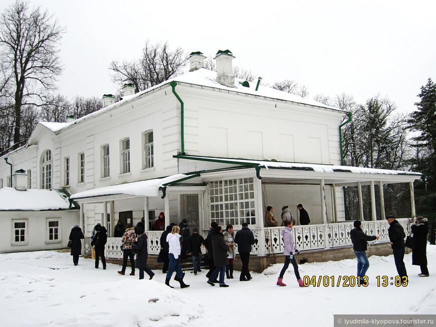 В усадьбе нет дома, в котором родился будущий писатель. Он был продан самим писателем в 1854 году в соседнее поместье за долги. Остались два флигеля. В этом жила семья Толстых, именно здесь находится главная экспозиция музея.