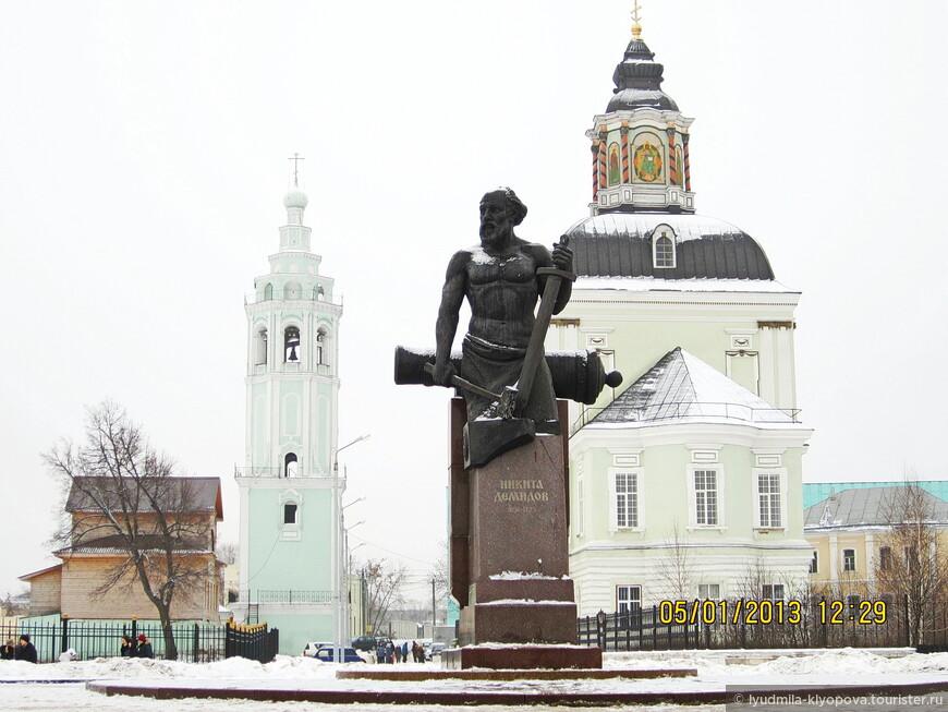 Памятник основателю династии Демидовых – Никите Демидову. За памятником – церковь Рождества Христова (прежде Николо-Зарецкая). Она строилась в 1730–1734  гг. на месте старой, деревянной, на средства сына Никиты Демидова Акинфия.