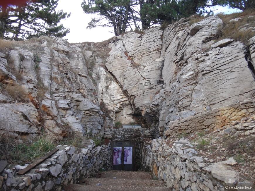 Есть здесь и пещеры, но увы они были закрыты.