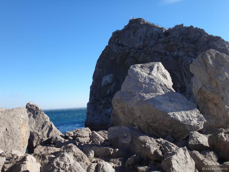 Скала Дива. По краю скалы на самый верх ведет лестница, но ветер был ужасный, и мы отказались от подъема.