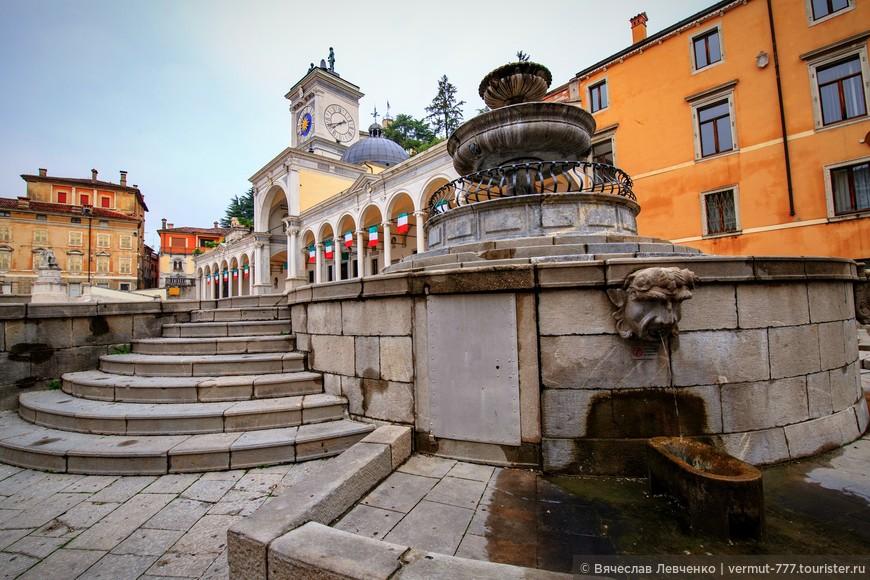 Об эпохе Возрождения на площади напоминает фонтан Каррара.