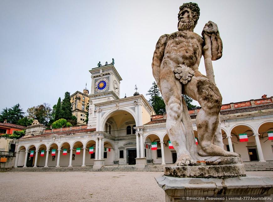 В начале XVII века на площади Свободы появилась скульптура «Геркулес, победивший Какуса».