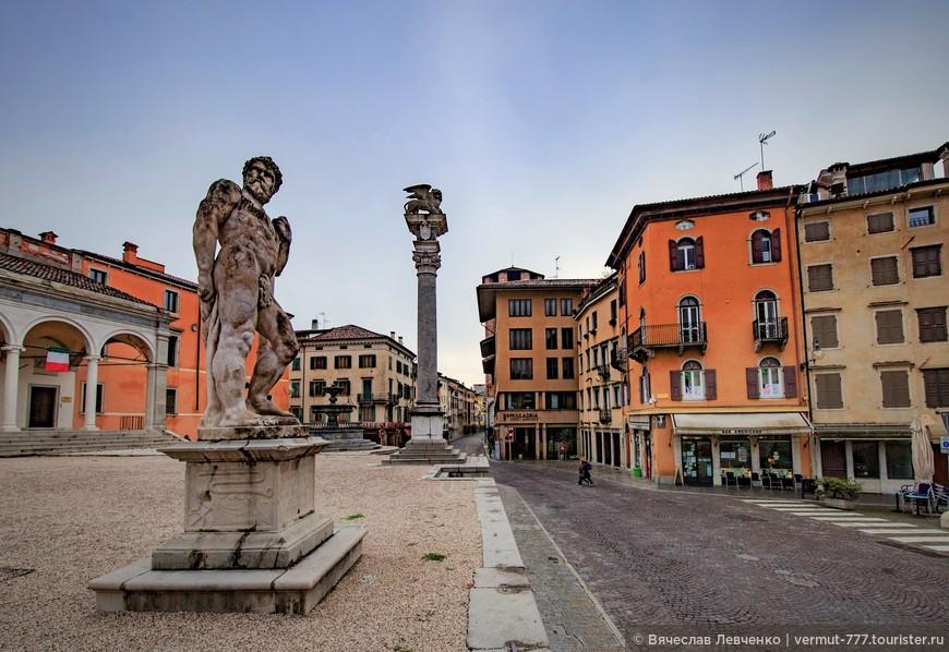 О временах господства Венецианской Республики напоминает - колонна со львом Святого Марка, установленная в 1539 году.