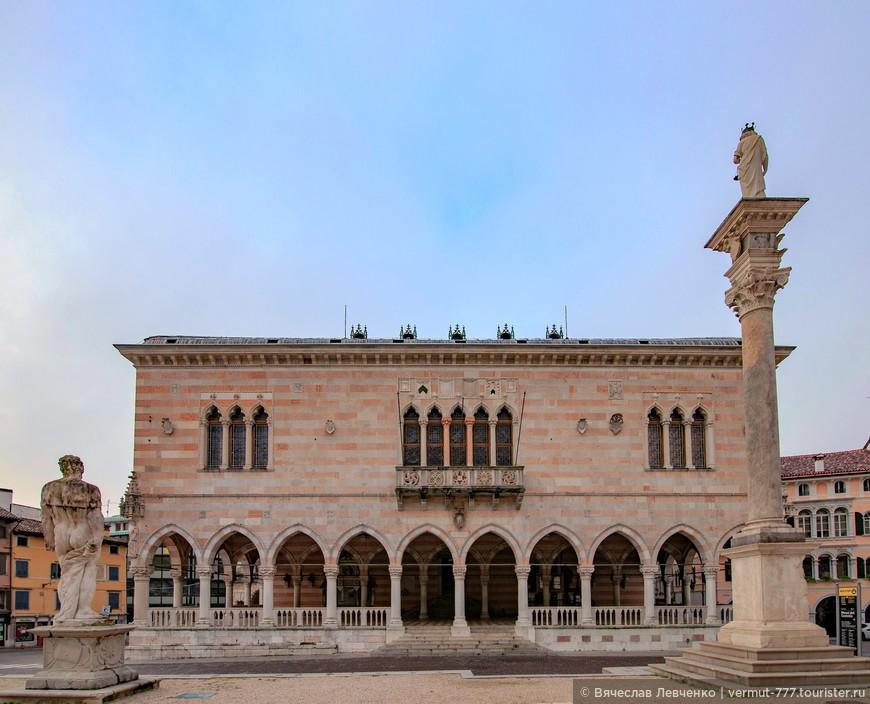 Лоджия Лионелло – настоящая визитная карточка Удине. Это старинное здание из бело-розового камня с чередой узких арочных окон, выполненное в стиле венецианской готики. Лоджию Лионелло начали строить в середине XV века как помещение для городского совета.