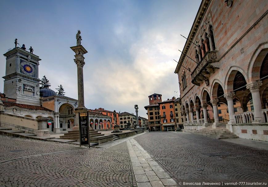 В течение всего времени своего существования площадь много раз меняла название. В средние века её называли Винная площадь.