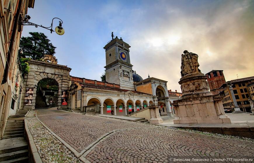 После того, как рядом с площадью построили здание городского совета, она стала называться Площадь коммуны. В XVI веке площадь стали называть по имени наместника из Венеции — Пьяцца Контарена.