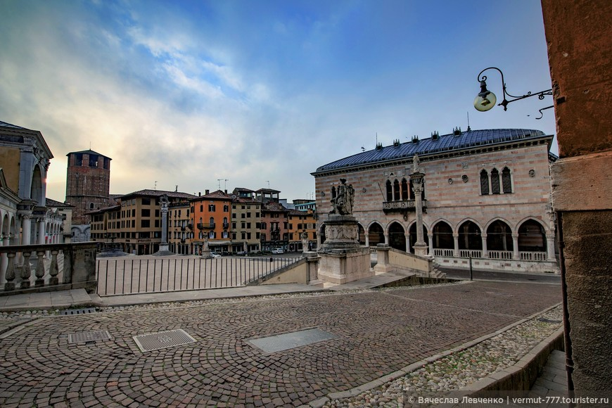 После объединения Италии в 1866 году на площади Свободы была установлена конная статуя первого итальянского короля Виктора Эммануила II и площадь переименовали в его честь. Свое нынешнее название площадь получила после Второй Мировой войны.