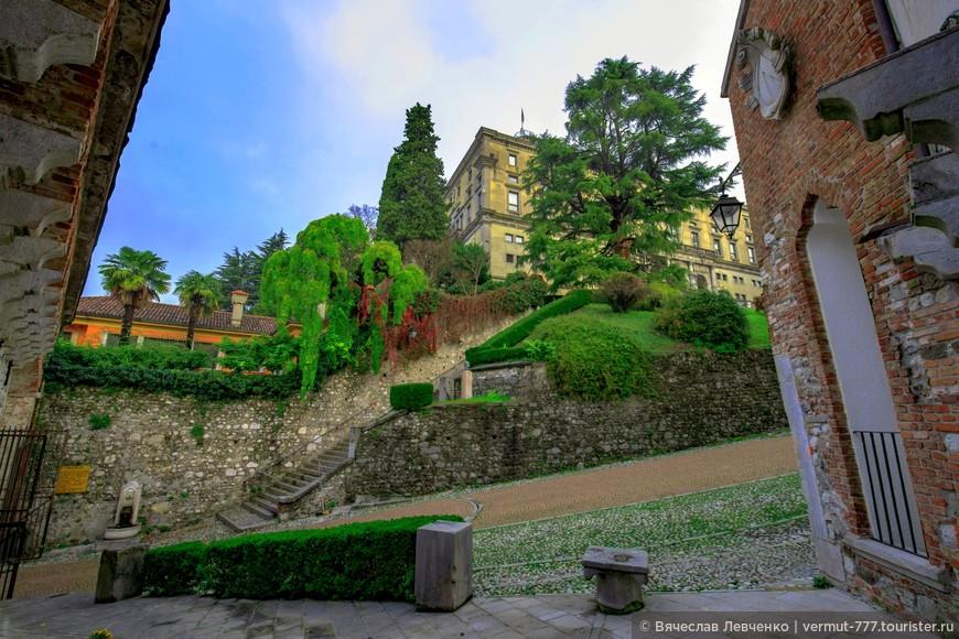 Замок Удине, на городском холме.