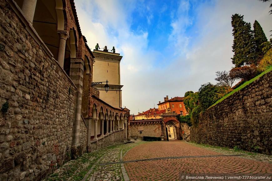 Арка Боллани в Удине. Её построили в 1556 году в честь наместника города Доменико Боллани, избавившего город от эпидемии чумы.