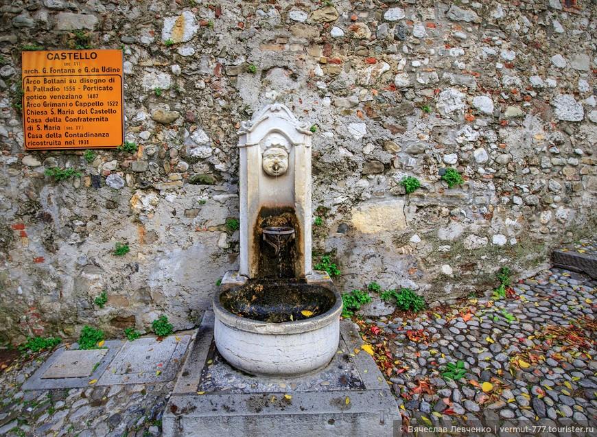 Симпатичный источник воды возле арки Боллани.