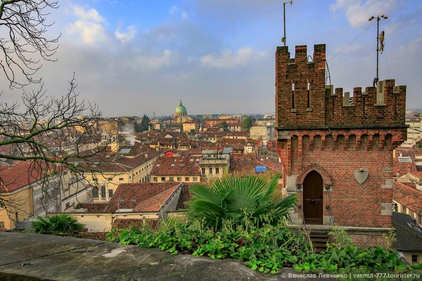 Вид на город с высоты замкового холма.
