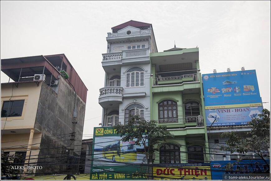 Интересная все-таки в Ханое архитектура. Ее устремленность ввысь продиктована тем, что налоги на землю в момент застройки брались за ширину строения. Поэтому хитрые вьетнамцы строили свои отели-скворечники ввысь.