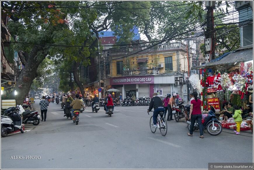 Туристический район очень удобно расположен между озером и этими торговыми улочками, по которым туристы любят кататься на вело рикшах.