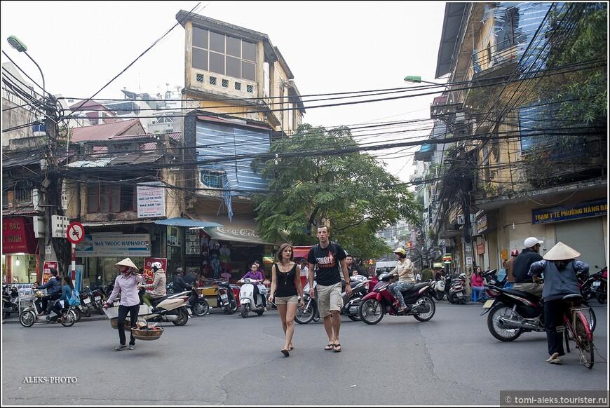 Когда улицы сильно не загружены мотоциклами, по ним можно прогуляться пешком. Хотя часто тротуары так заставлены всякими торговыми принадлежностями и мотоциклами, что обходить приходится по проезжей части.