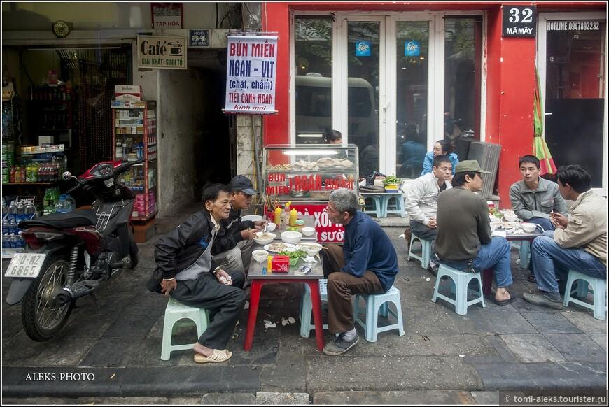 Как местные жители умудряются сидеть в три погибели на таких маленьких стульчиках. Для иностранца такой трюк почти невозможен. Вьетнамцы намного меньше ростом.