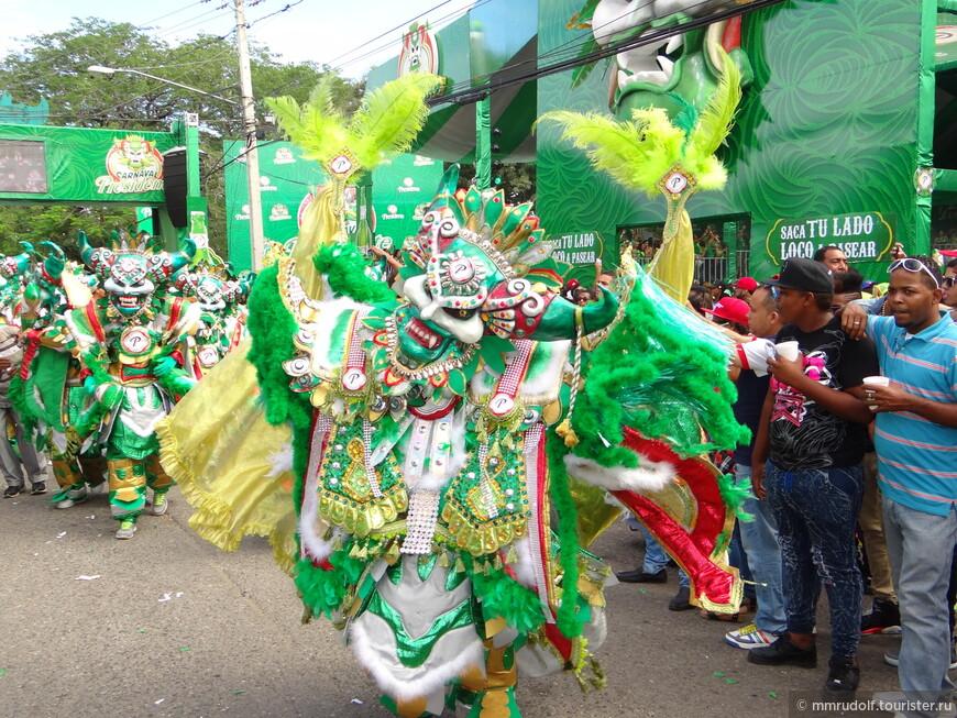 со всех соседних улочек начинают стягиваться группы,участвующие в карнавале