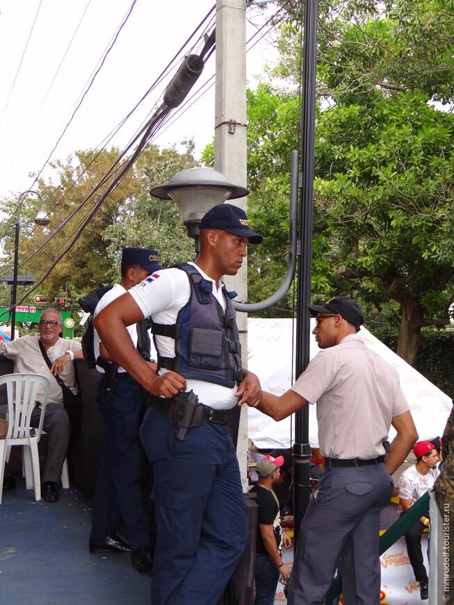 при входе и на самом карнавале нехилые меры безопасности,досматривают на предмет алкоголя и оружия(хотя на самом карнавале пиво продают),ВСЕМ на входе вручают презервативы(видать чтоб карнавал ничто не омрачало!)