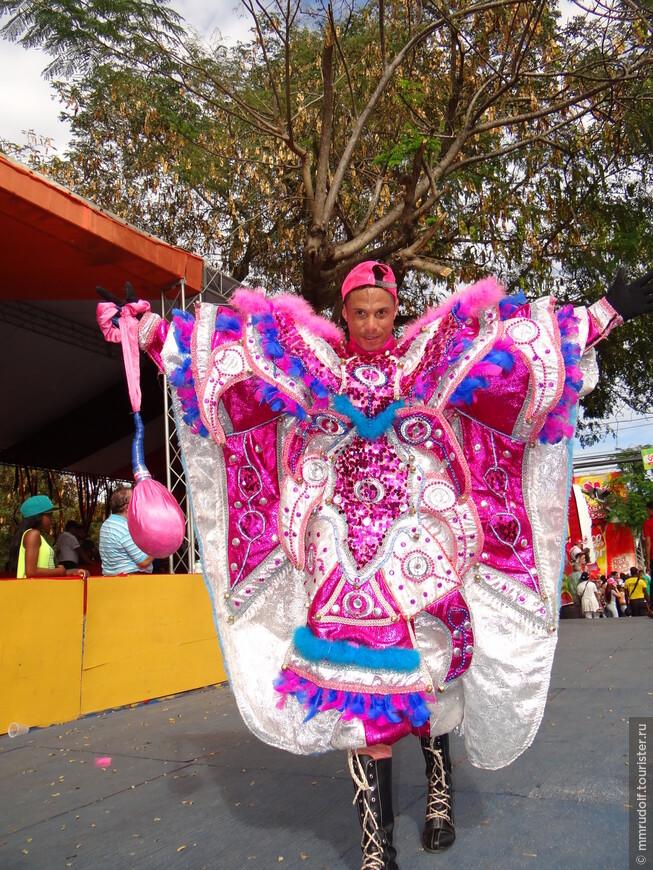 Колотушка в руках символизирует бычий пузырь(наполнена типа песка),каждый старается с размаху треснуть ей гостей карнавала по булкам