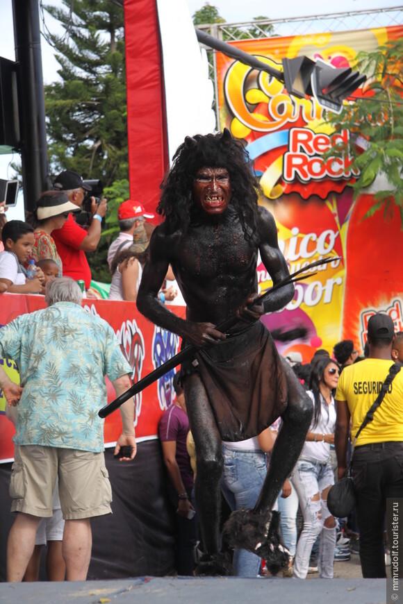 главный герой карнавала в ЛА ВЕГА-чёрт.В Сантьяго можно уже увидеть совсем других маски и костюмы, где символом праздника является демон — »свинья».