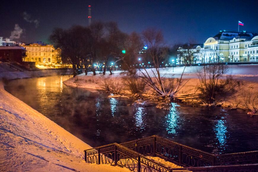 Набережная реки Исеть, справа роскошная резиденция Полномочного Представителя Президента РФ в УрФО