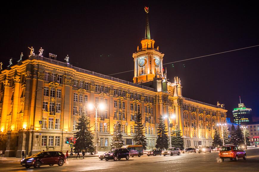 Елка традиционно расположена на главной площади города - прямо перед зданием городского администрации
