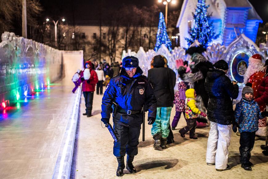 Полиции немногим меньше, чем посетителей