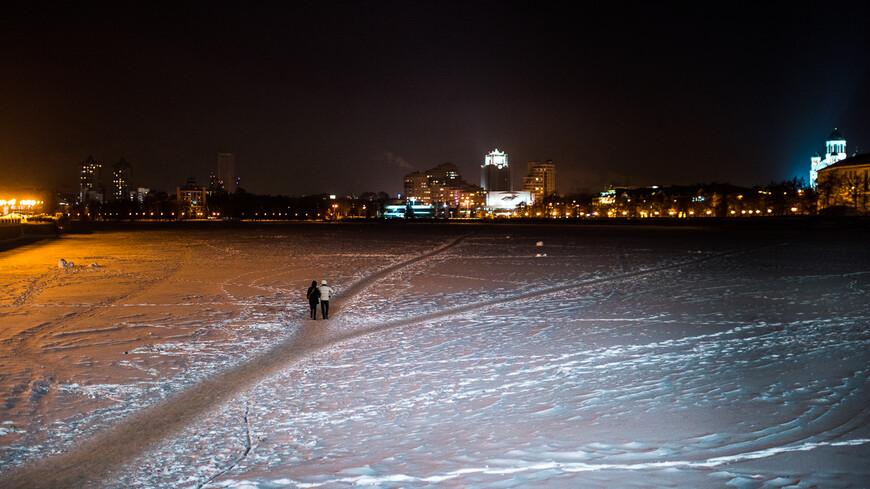 """С обратной стороны """"плотинки"""" река замерзает, и зимой по ней горожане срезают путь"""