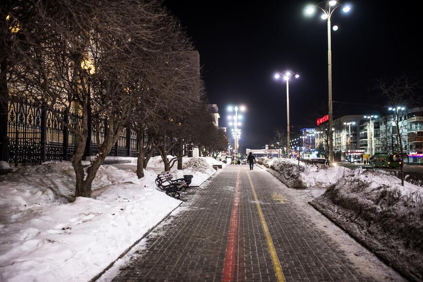 Цветной разметкой тротуар разделен на пешеходную и велосипедную зону, конечно, эту разметку не соблюдают ни те, ни другие
