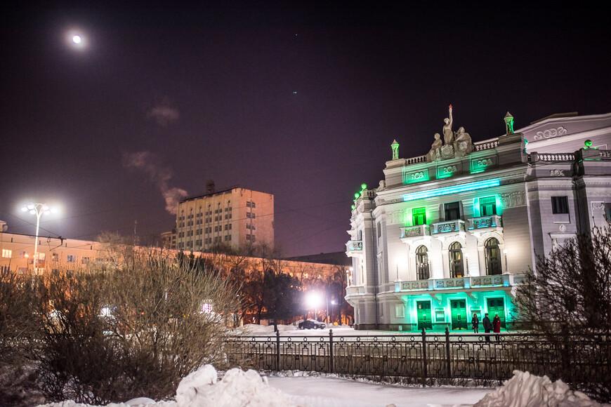 Здание Театра оперы и балета в ночное время подсвечивается разными цветами