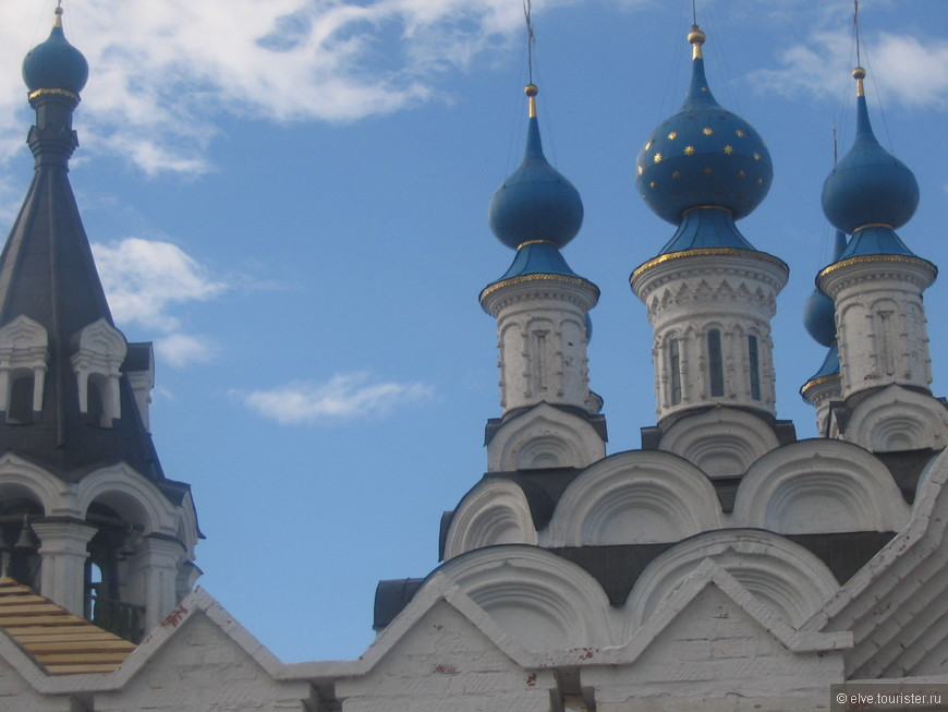 Справа пятиглавый Троицкий собор.