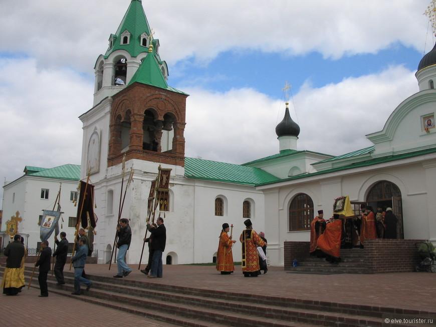 Мы останавливались в гостинице монастыря накануне Великого праздника- празднования иконы Муромской Божией матери  25 апреля. Проживание недорого -300 рублей с паломника.